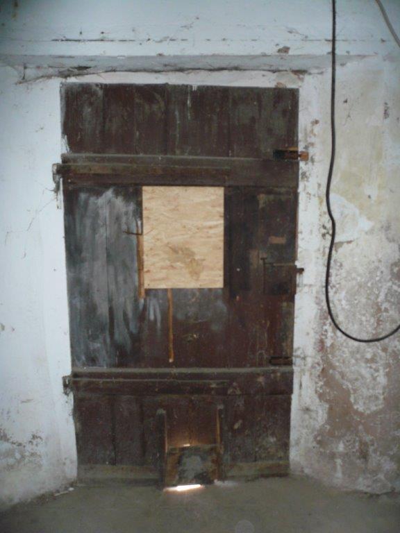 Kellertür zum rückwärtigen Ausgang