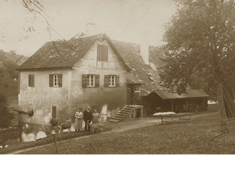 ältestes-Bild-ca.-1915-Brunnenmeister-Lorenz-Gebele-mit-Töchter-Auguste-und-Maria